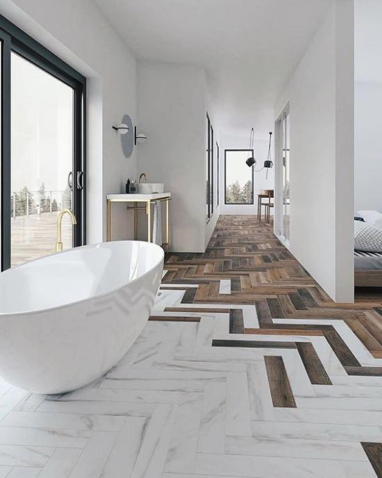 Badezimmer Trends 2021offenes topaktuelles Raumkonzept toller Bodenübergang Fliesen von Weiß bis Holzbraun weiße Badewanne