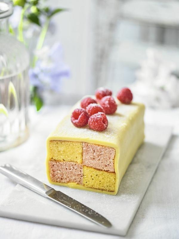 Battenberg Kuchen zubereieten - ein englisches Dessert mit Himbeeren