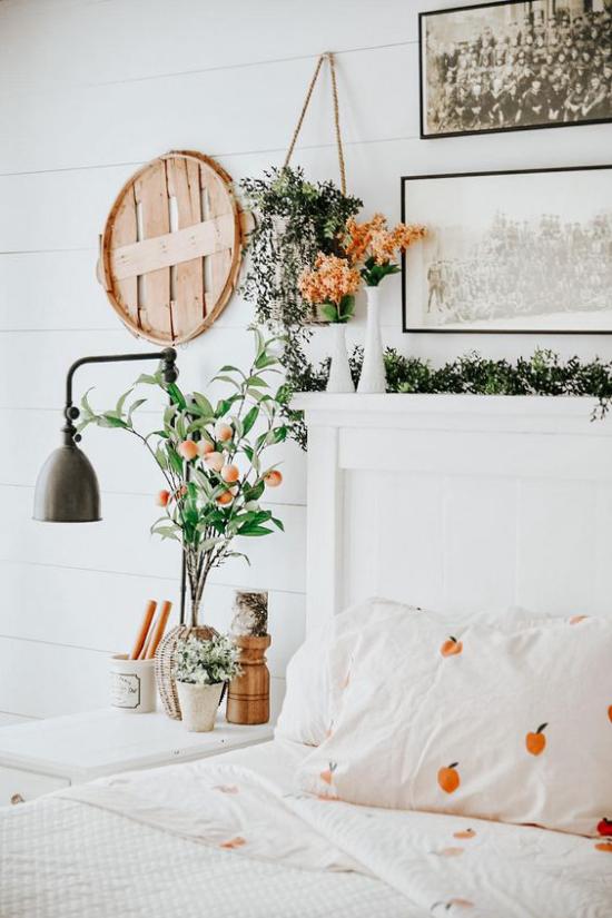 Frühlingsdeko Ideen fürs Schlafzimmer Blumen Ton in Ton mit der Bettwäsche sehr meisterhaft geschmückt