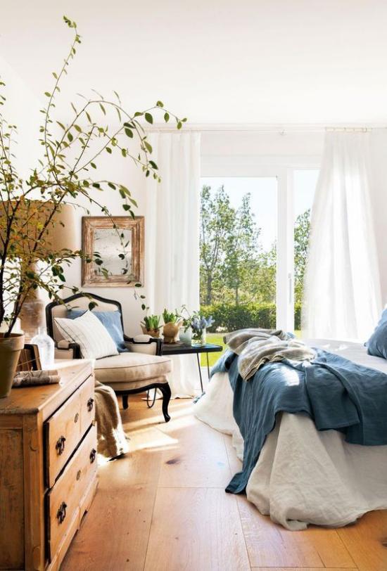 Frühlingsdeko Ideen fürs Schlafzimmer Ficus im Topf Frühlingsblumen weiter Blick auf den Innenhof