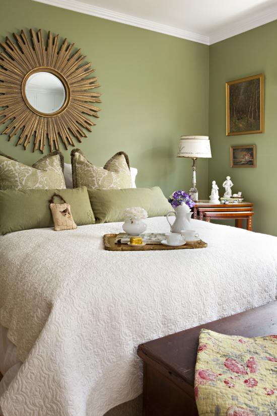 Frühlingsdeko Ideen fürs Schlafzimmer Frühstück im Bett servieren Tablett mit schönen Blumen schmücken