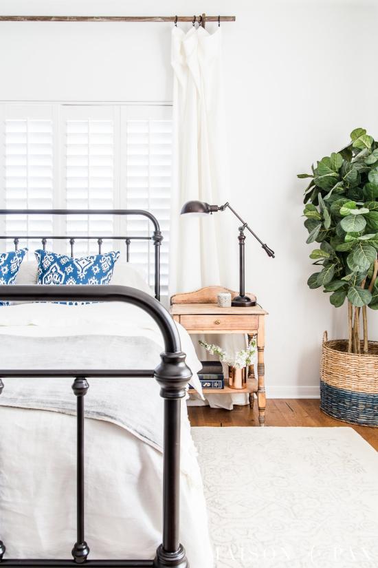Frühlingsdeko Ideen fürs Schlafzimmer Geigenfeige im Topf in der Zimmerecke genug bringt grüne Note
