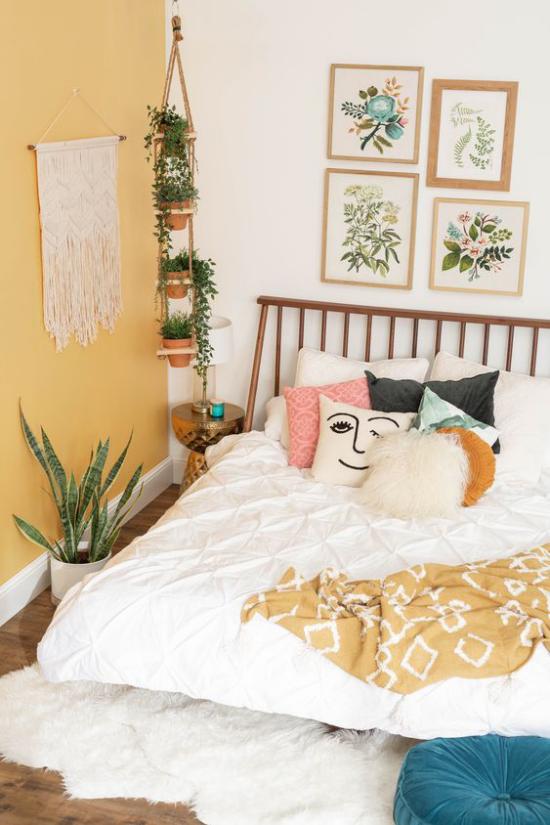 Frühlingsdeko Ideen fürs Schlafzimmer Makramee an der Wand rustikale Bettdecke mit Fransen bunt gemusterte Kissen Gemütlichkeit im Raum ideen