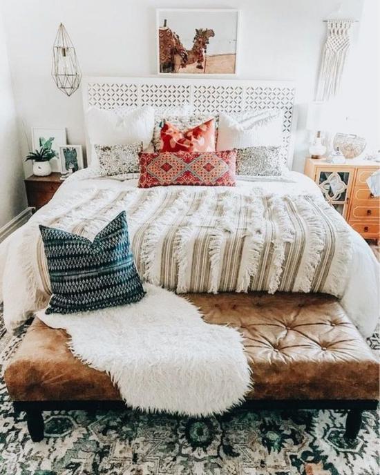 Frühlingsdeko Ideen fürs Schlafzimmer Makramee an der Wand rustikale Bettdecke mit Fransen bunt gemusterte Kissen Gemütlichkeit im Raum.
