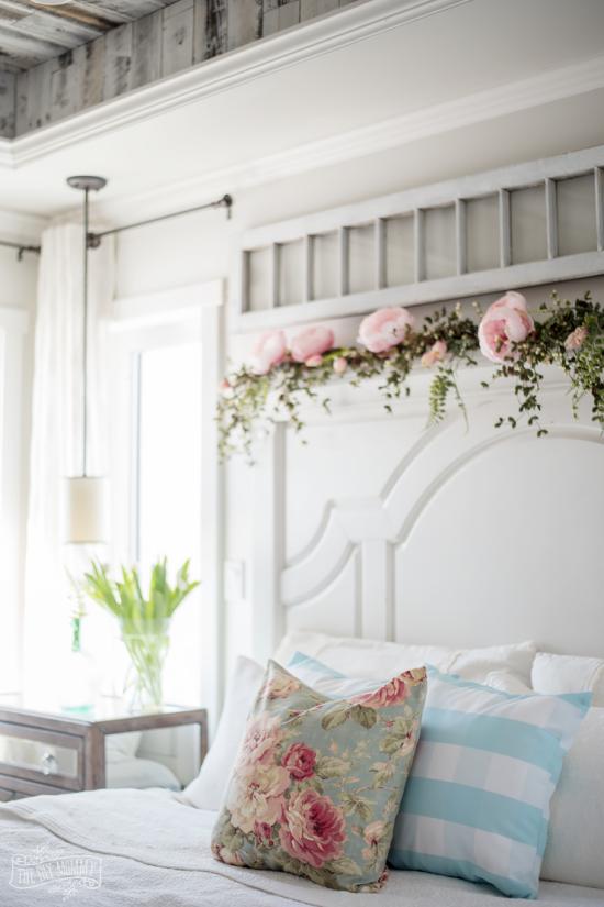 Frühlingsdeko Ideen fürs Schlafzimmer Rosen auf dem Kissen als Blumenmuster auf dem Bettkopfteil als Schmuck