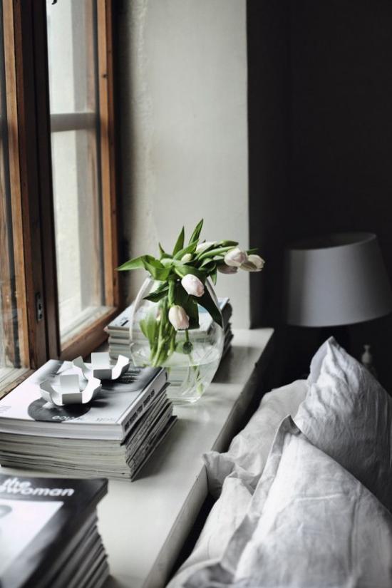 Frühlingsdeko Ideen fürs Schlafzimmer Tulpen in Vase am Fenster frische Note bringen