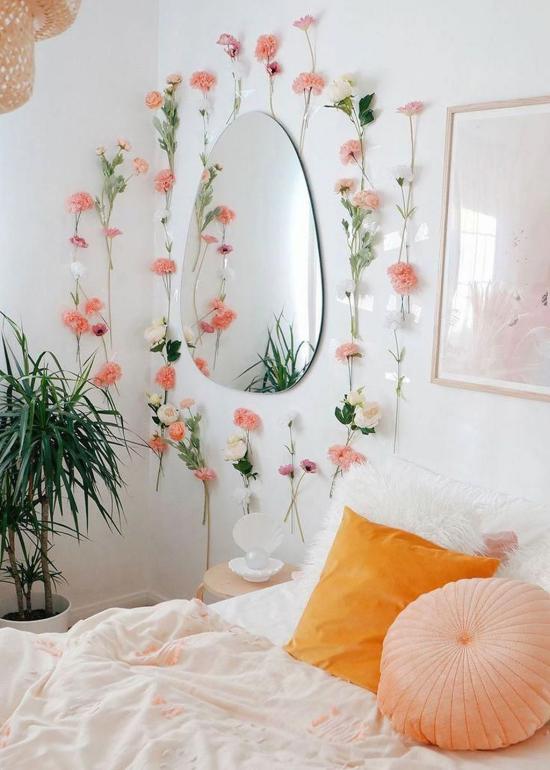 Frühlingsdeko Ideen fürs Schlafzimmer Wandspiegel mit zarten Nelken umranden schöner Blickfang starke Dose Romantik