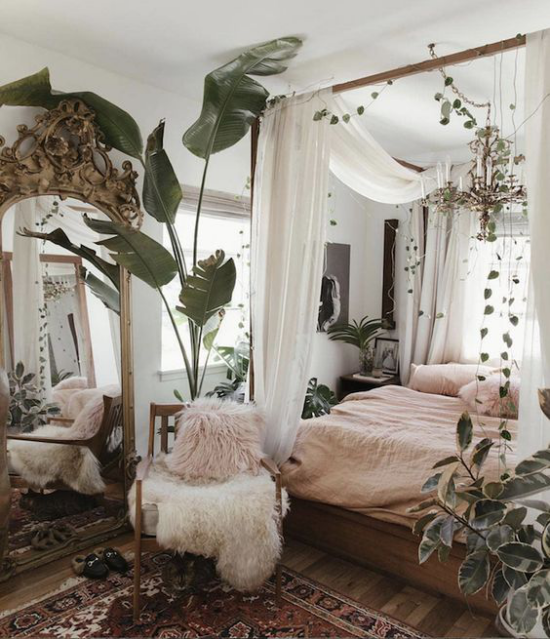 Frühlingsdeko Ideen fürs Schlafzimmer den ganzen Raum begrünen viele grüne Topfpflanzen weiche Wohntextilien