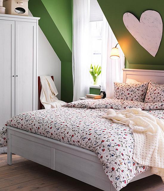 Frühlingsdeko Ideen fürs Schlafzimmer geblümte Bettwäsche feines Muster großes Herz an der Wand Vase mit weißen Blumen gemütliche und romantische Atmosphäre
