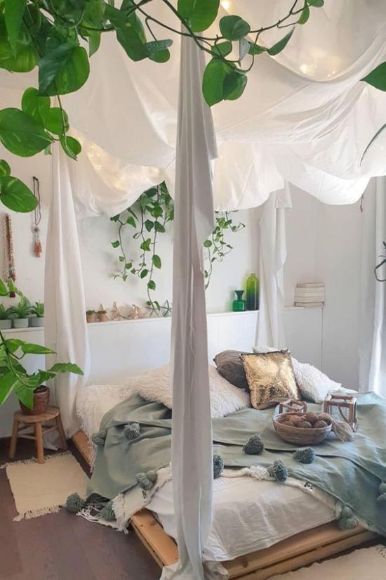 Frühlingsdeko Ideen fürs Schlafzimmer rustikales Ambiente weiß Pastellnuance von Mintgrün Decke viele Grünpflanzen
