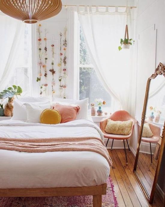 Frühlingsdeko Ideen fürs Schlafzimmer sanfte Farben Bettwäsche Deko Kissen Blumenschmuck an der Wand über dem Schlafbett