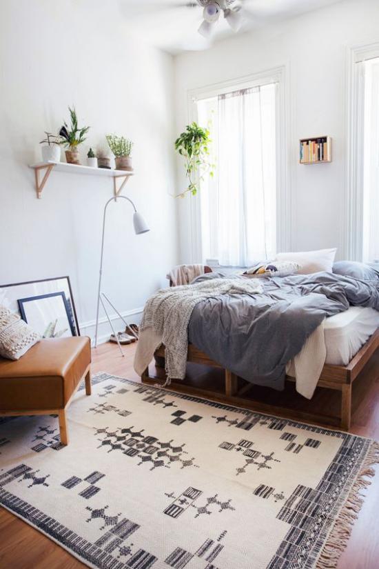 Frühlingsdeko Ideen fürs Schlafzimmer schönes Ambiente Topfpflanzen auf Regal viel Licht gemütliches Bett