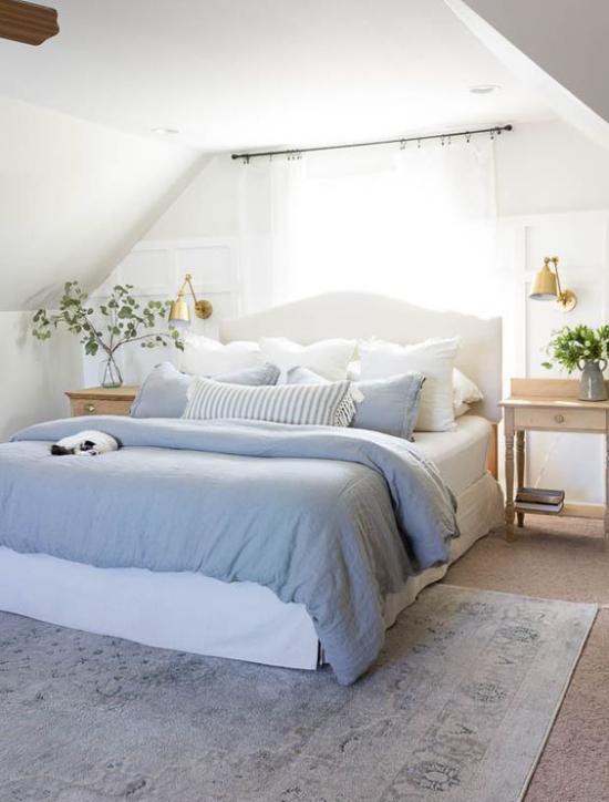Frühlingsdeko Ideen fürs Schlafzimmer schönes Raumdesign Bettwäsche Bettbezug in Hellblau und Weiß absolut klassisch sehr gefragt