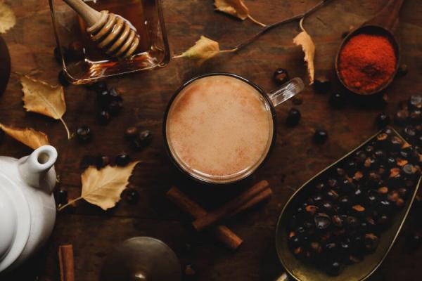 Guarana exotische Frucht Samen werden geschält getrocknet zu Pulver zermahlen Alternative zu Kaffee vitalisierendes Getränk