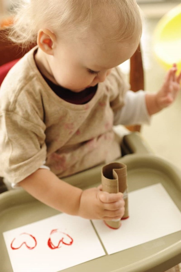 Kleeblatt basteln mit Kindern und Erwachsenen – Ideen und Anleitungen zum St. Patrick's Day baby malt mit stempel