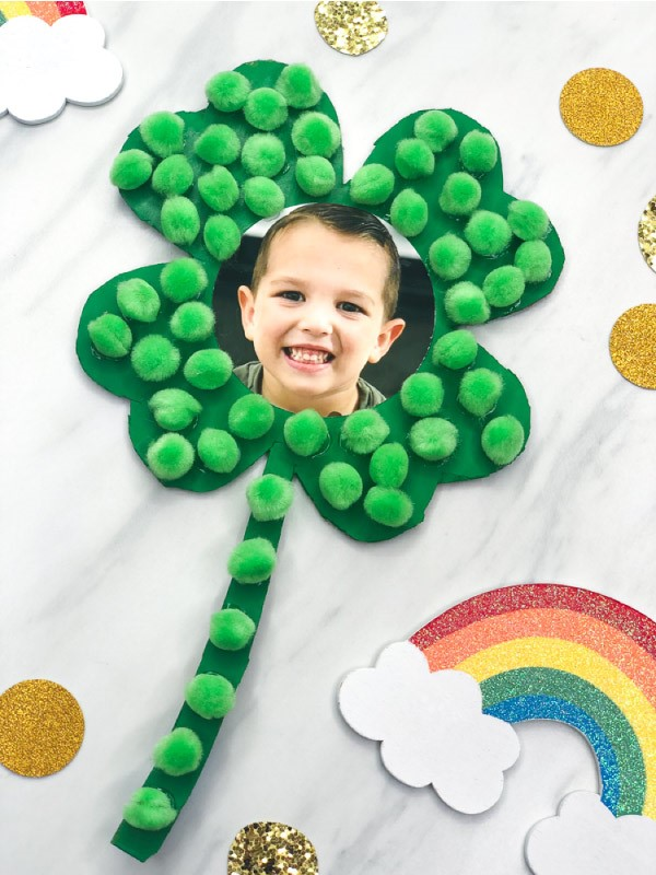 Kleeblatt basteln mit Kindern und Erwachsenen – Ideen und Anleitungen zum St. Patrick's Day schamrock mit kinder foto