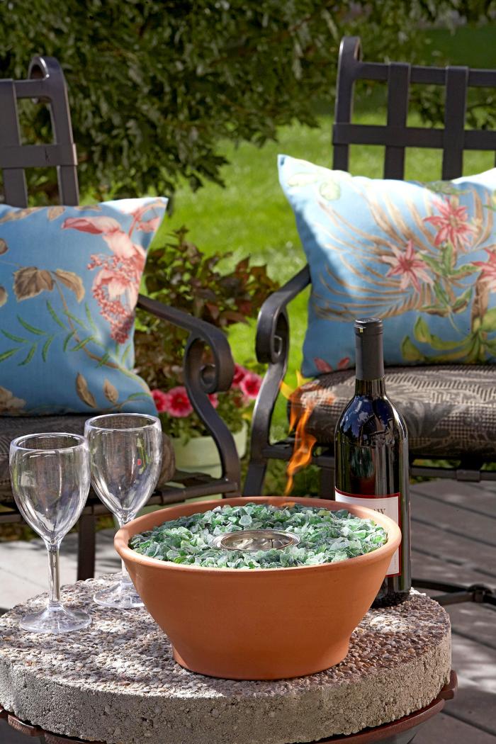 Kleinen Hinterhof gestalten Komfort im Freien Sitzeinheiten Tisch Flasche Wein zwei Gläser