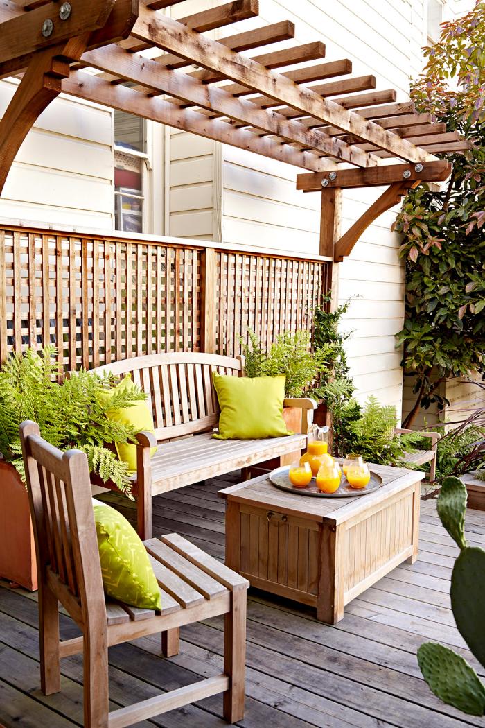 Kleinen Hinterhof gestalten Sitzecke-Möbel Vordach aus Holz natürlichen Charme ausstrahlen