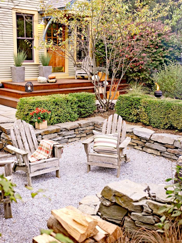 Kleinen Hinterhof gestalten Sitzecke Ton-in-Ton Gestaltung Sessel aus Holz niedriges Niveau gut strukturiert