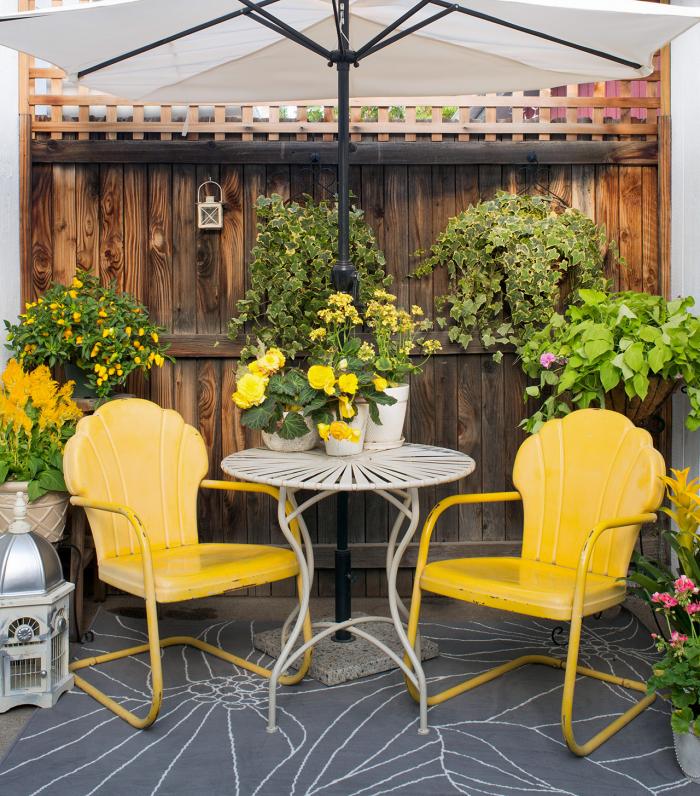Kleinen Hinterhof gestalten Ton-in-Ton gelbe Outdoor-Möbel schöne gelbe Topfpflanzen