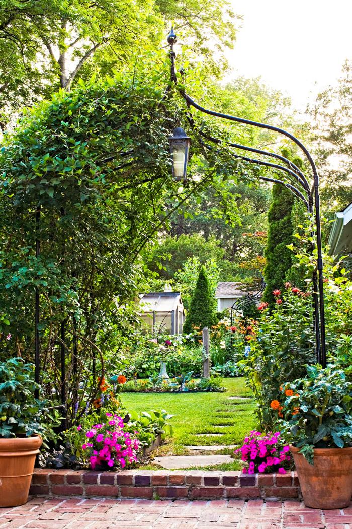 Kleinen Hinterhof gestalten freie Aussicht auf den ganzen Outdoor-Bereich haben viel Grün Petunien Spalier Laterne
