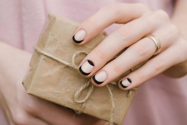 Micro Manicure schlichtes Nageldesign Nageltrend 2021 Micro Skinny Manicure