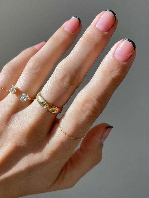 Micro Manicure schlichtes Nageldesign Nageltrend Micro French
