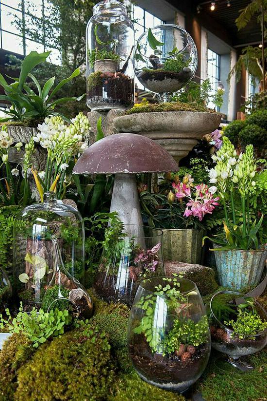 Minigarten im Glas ganze Landschaft dekoratives Element Pilz viel Moos grüne Zimmerpflanzen