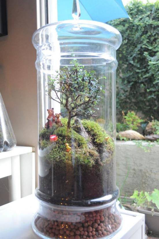 Minigarten im Glas hoher Glasbehälter kleiner Baum zwei Bärenfiguren viel Moos Steine