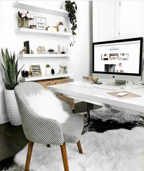 Trends 2021 in der Inneneinrichtung Heimbüro Sessel Pelzbezug weißer Teppich sehr gemütliche Raumatmosphäre