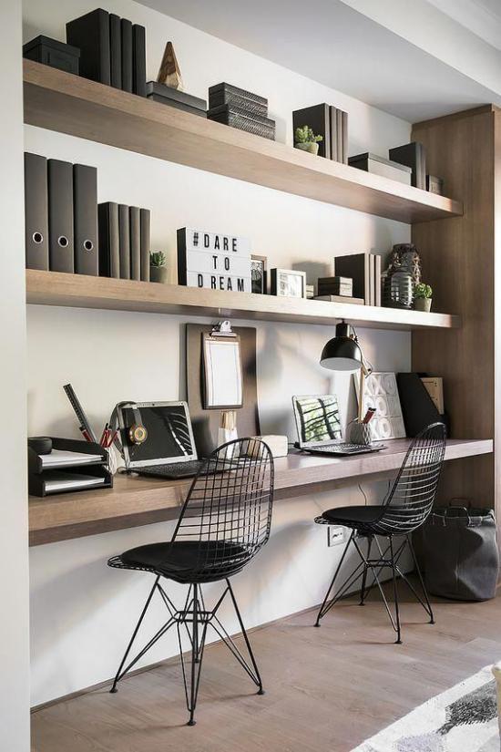 Trends 2021 in der Inneneinrichtung elegantes modernes Home Office einfache Formen gerade Linien gedeckte Farben Beige Schokoladenbraun