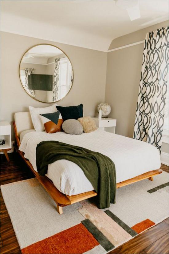 Trends 2021 in der Inneneinrichtung gemütliches Schlafzimmer runder Wandspiegel bequemes Bett zeitloses Design