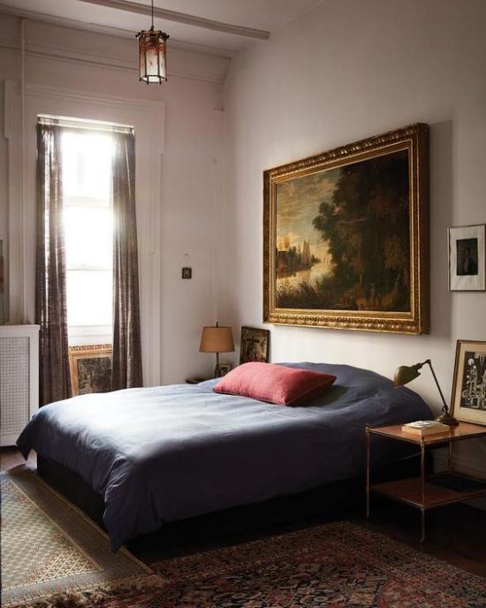 Trends 2021 in der Inneneinrichtung klassisches Schlafzimmer dunkle Farben Ölgemälde Traditionalismus im Interieur