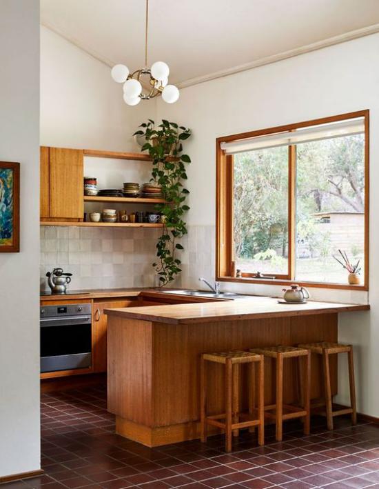 Trends 2021 in der Inneneinrichtung kleine Küche viel Holz klassisches Design einwandfreie Gestaltung