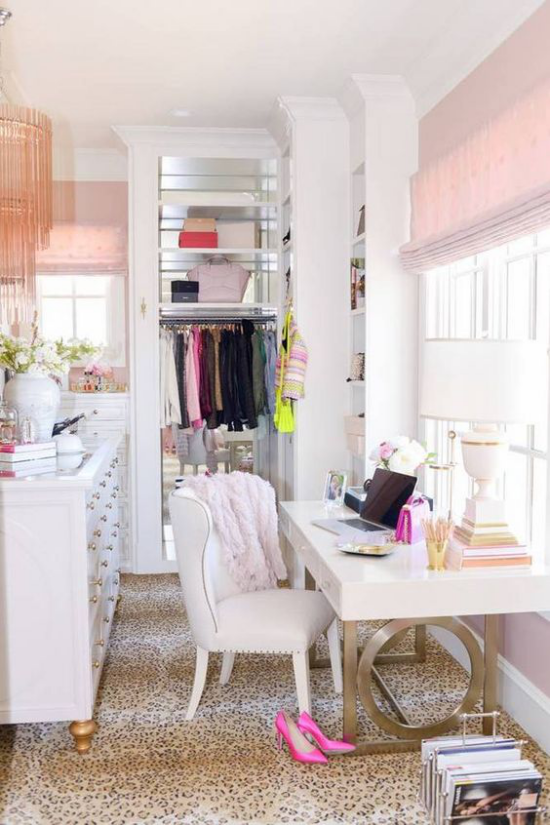 Trends 2021 in der Inneneinrichtung kleines Arbeitsbüro wenig Platz Kleiderschrank rosa Deko Elemente