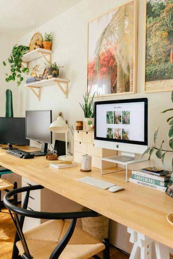 Trends 2021 in der Inneneinrichtung modernes gemütliches Heimbüro warme Farben inspirierende Atmosphäre