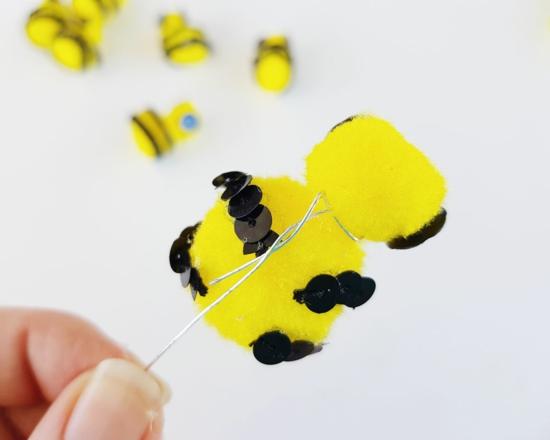 basteln mit kindern zu frühling bienen aus pompons
