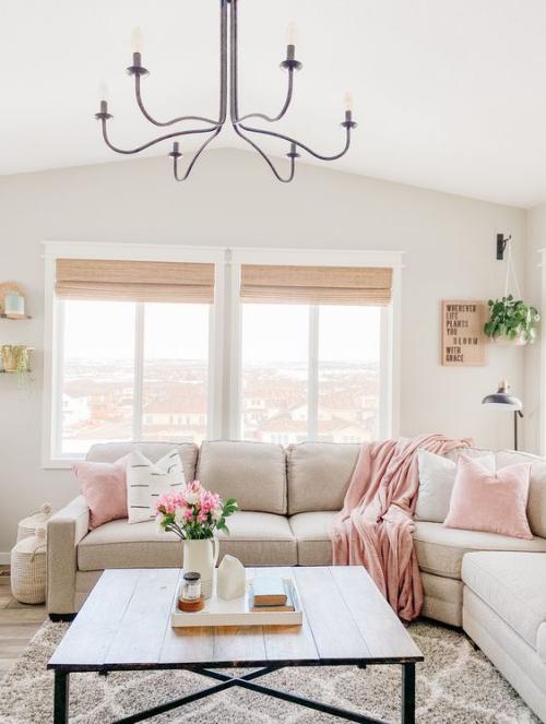 frühlingshafte Dekoideen für das Wohnzimmer Beige dominiert Sofa Teppich Wandfarbe kleine rosa Akzente Blumen Kissen Wurfdecke