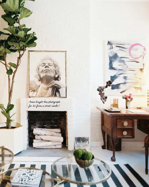 frühlingshafte Dekoideen für das Wohnzimmer Wandbild als Hingucker Kamin mit Brennholz grüne Topfpflanze schönes Ambiente