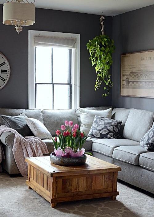 frühlingshafte Dekoideen für das Wohnzimmer grauer Raum erfrischt mit etwas Grün schöne rosa Tulpen in kleinen Töpfen auf dem Kaffeetisch in der Mitte