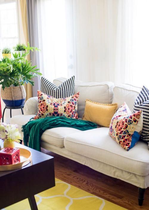 frühlingshafte Dekoideen für das Wohnzimmer helles Sofa bunte Akzente Kissen