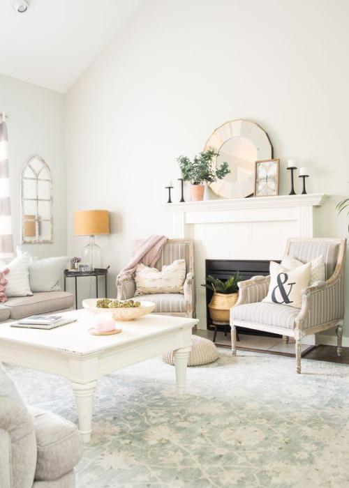 frühlingshafte Dekoideen für das Wohnzimmer klassische Wohnzimmereinrichtung weiße Möbel heller Teppich Kamin Spiegel etwas Grün