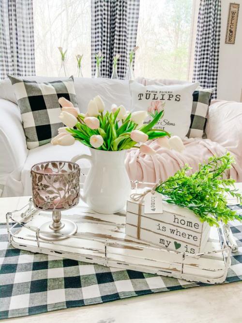 frühlingshafte Dekoideen für das Wohnzimmer rosa Tulpen in Retro Porzellankanne Vintage Deko auf dem Tisch grüne Zweige