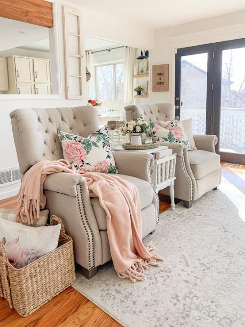 frühlingshafte Dekoideen für das Wohnzimmer sanfte Farben Dekokissen mit Blumenmuster passen zum frühlingshaften Interieur ideen