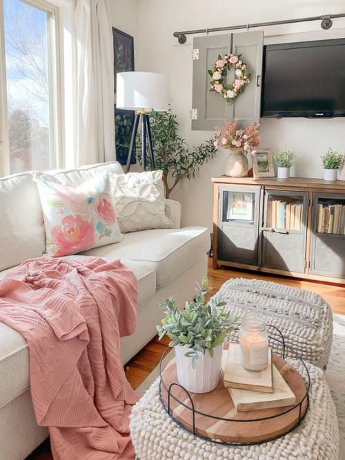 frühlingshafte Dekoideen für das Wohnzimmer sanfte Farben Dekokissen mit Blumenmuster passen zum frühlingshaften Interieur