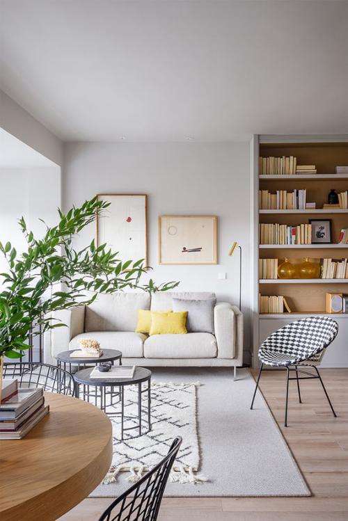 frühlingshafte Dekoideen für das Wohnzimmer schöner Raum gelbe Kissen als Akzent hohe Grünpflanze links