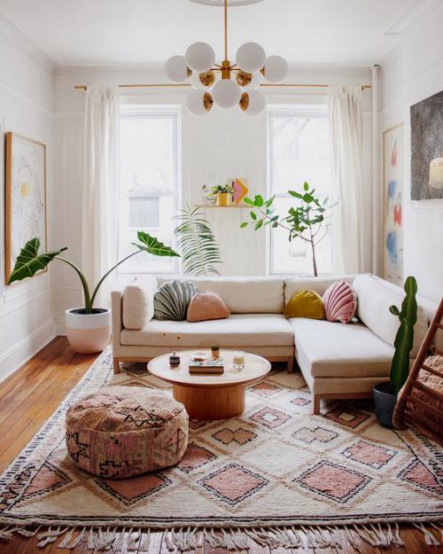 frühlingshafte Dekoideen für das Wohnzimmer schöner Raum in sanften Farben weicher Teppich Hocker