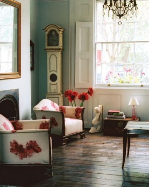 frühlingshafte Dekoideen für das Wohnzimmer simple Einrichtung Blumenmuster in Dunkelrot Holzdielen Boden