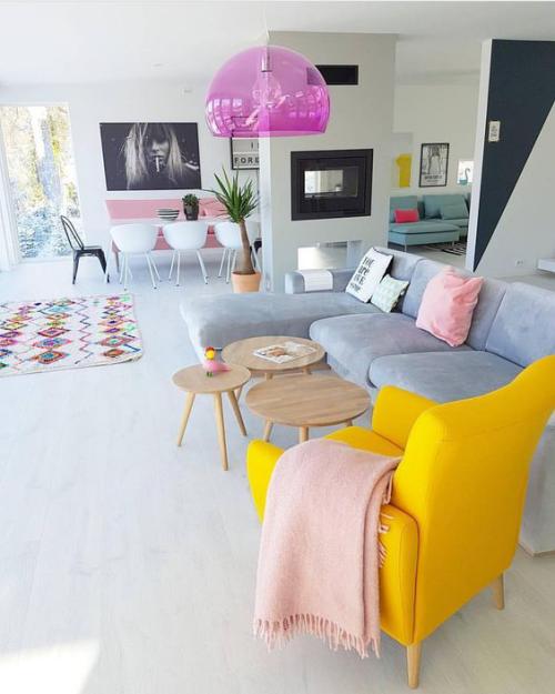 frühlingshafte Dekoideen für das Wohnzimmer weiter heller Wohnraum graues Sofa gelber Sessel als Akzent Hängeleuchte in Violett
