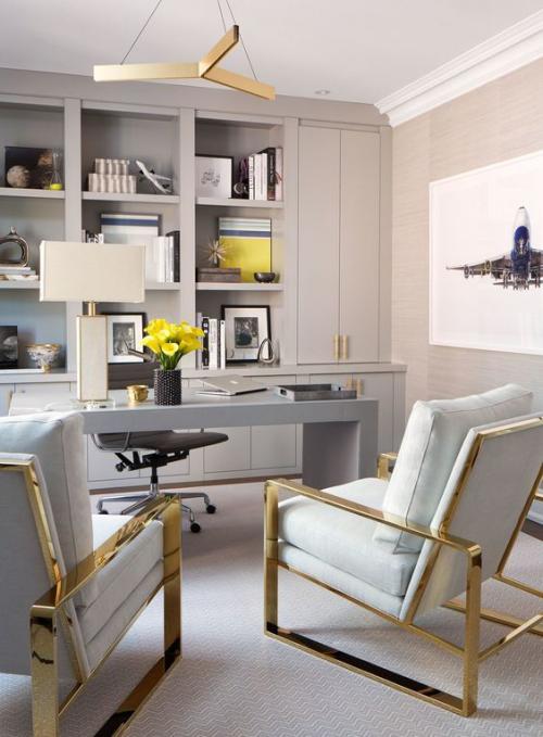 gelbe Akzente im Home Office Büro Inspiration elegante Möbel komfortable Sessel Grau Beige Arbeitstisch
